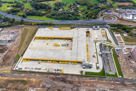 Das Gebäude des neuen Paketzentrums umfasst 40.000 Quadratmeter Fläche. Die Sortierleistung soll mit Erreichen der vollen Kapazität im Jahr 2020 bis zu 50.000 Sendungen pro Stunde betragen/Foto: Deutsche Post DHL/euroluftbild.de/Hans-Blossey