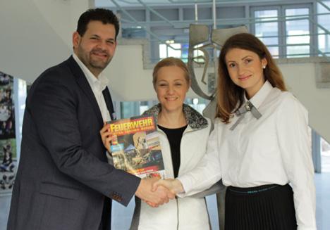 Am 16. Januar 2019 wurde der Kaufvertrag für das Magazin Feuerwehr unterschrieben (v.l.): Christoph Huss (geschäftsführender Gesellschafter der HUSS-Medien GmbH), Dorothe Köller (Verlagsleiterin der Forum Verlag Herkert) und Magdalena Balanicka (FMG-Geschäftsführerin)/ Foto: Forum Media Group